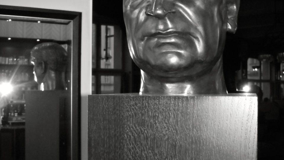 Busta Josefa Gočára stojí v rohu kavárny