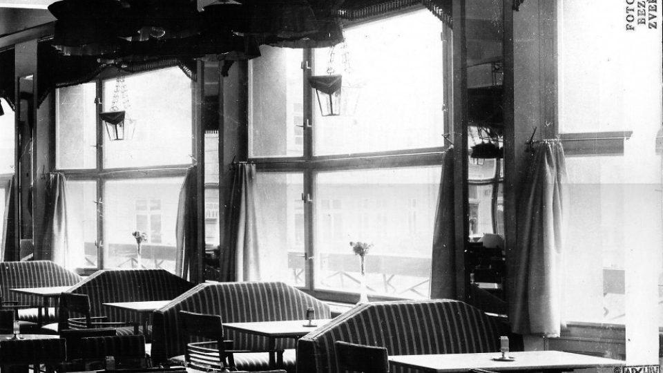 Interiér kavárny v roce 1912