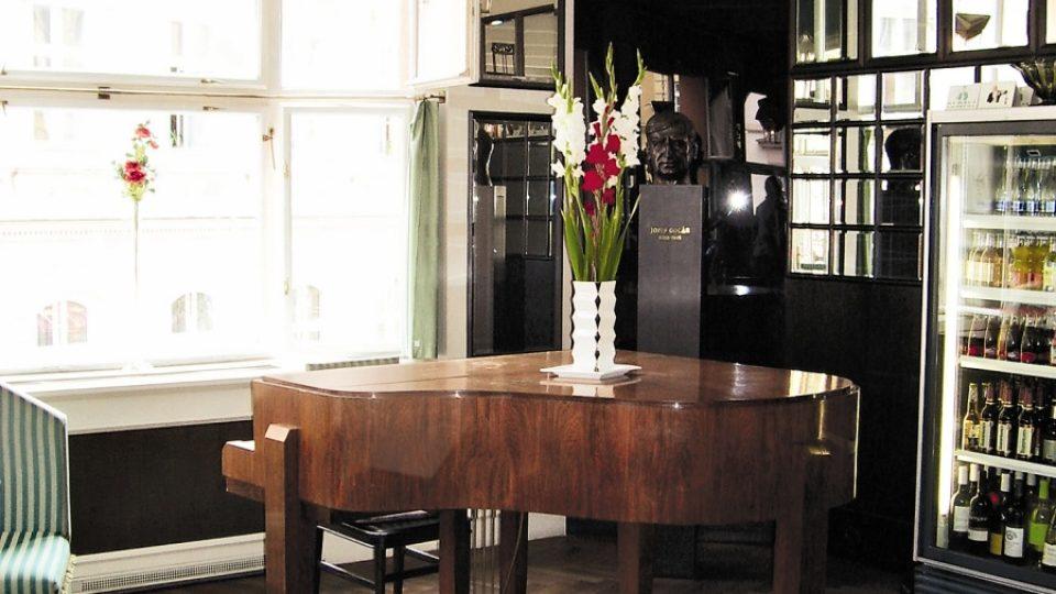 Koutek s klavírem v Grand Cafe Orient