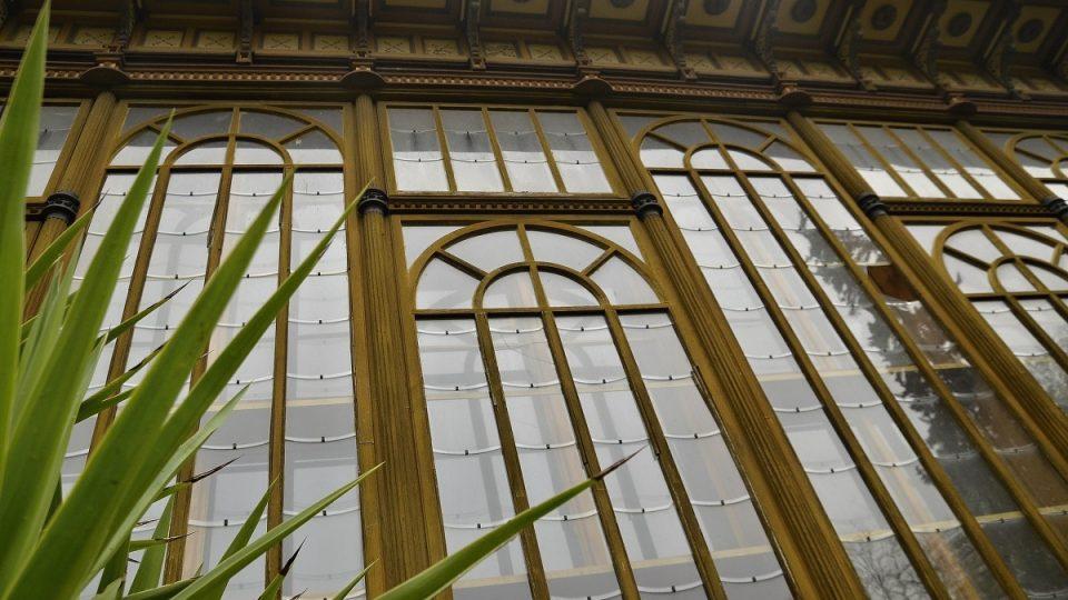 Detail empírové stěny se skleněnými šupinami