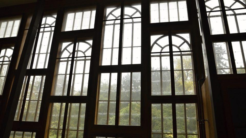 Empírová stěna se skleněnými šupinami a dvojitými skly