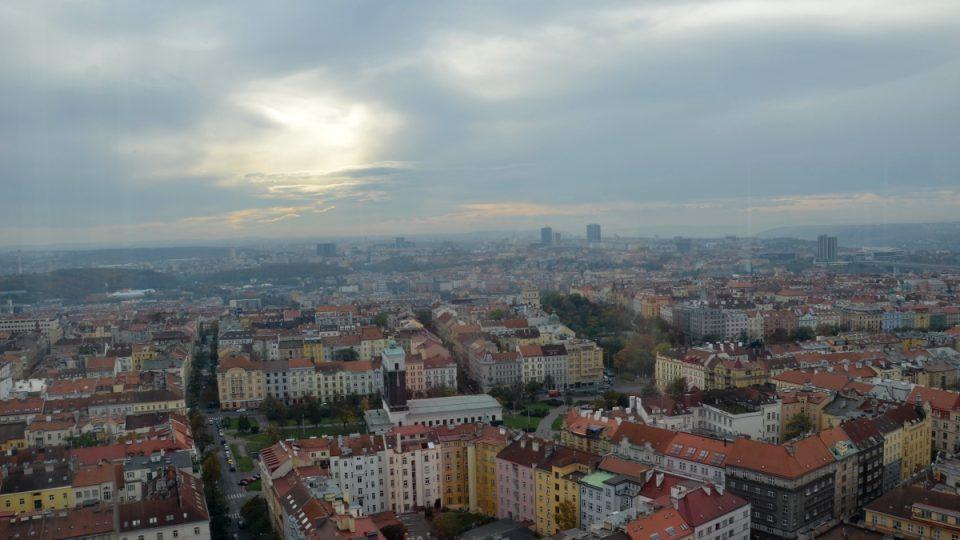 Pohled na náměstí Jiřího z Poděbrad s kostelem z Žižkovské věže