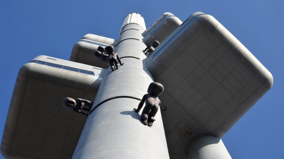 Po věži od roku 2000 šplhá 10 laminátových mimin Davida Černého