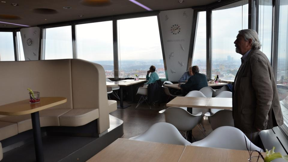 Restaurace je umístěna v nejnižší kabině, vpravo architekt Václav Aulický
