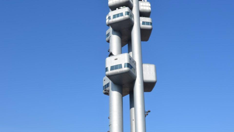 Žižkovská televizní věž stojí v Mahlerových sadech