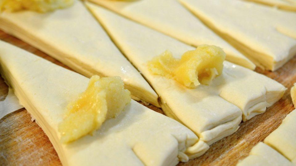 Trojúhelníčky se pokladou mandlovou náplní a smotají do tvaru croissantu, není to jednoduché