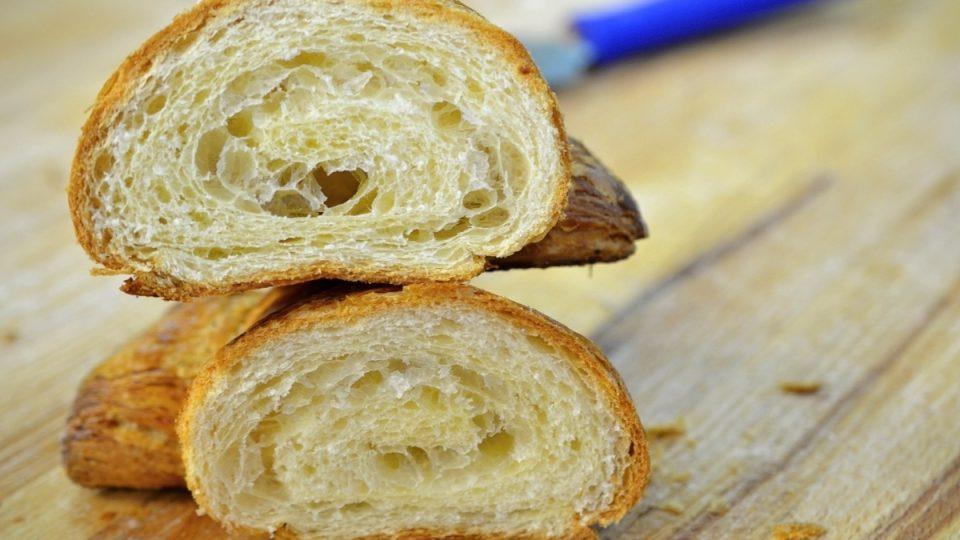 Na řezu je vidět pevná vnitřní struktura croissantu