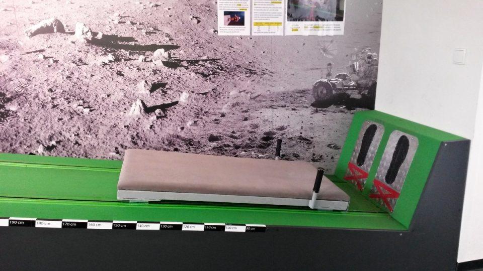 Plošina pro simulaci skoku na Měsíci