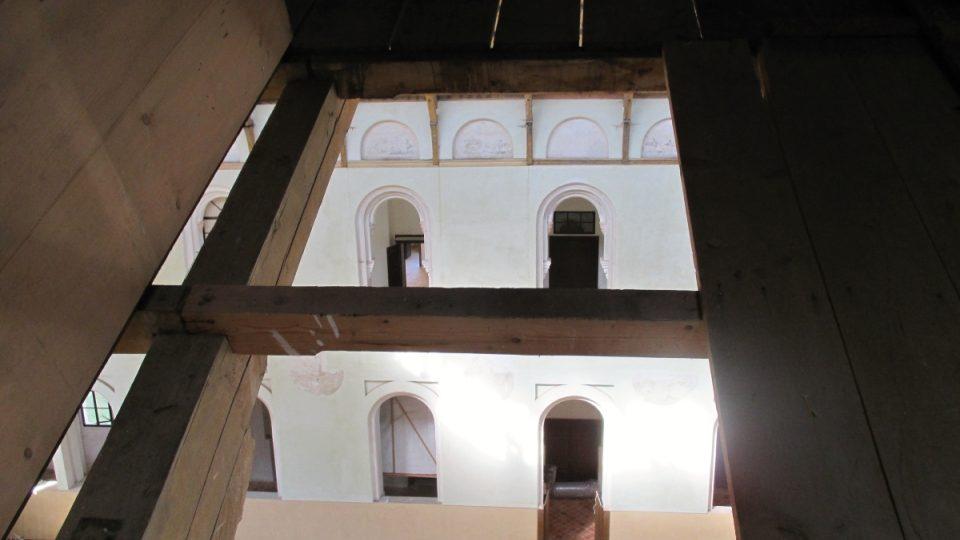 Důmyslná dvojitá střecha a cesta pro seno