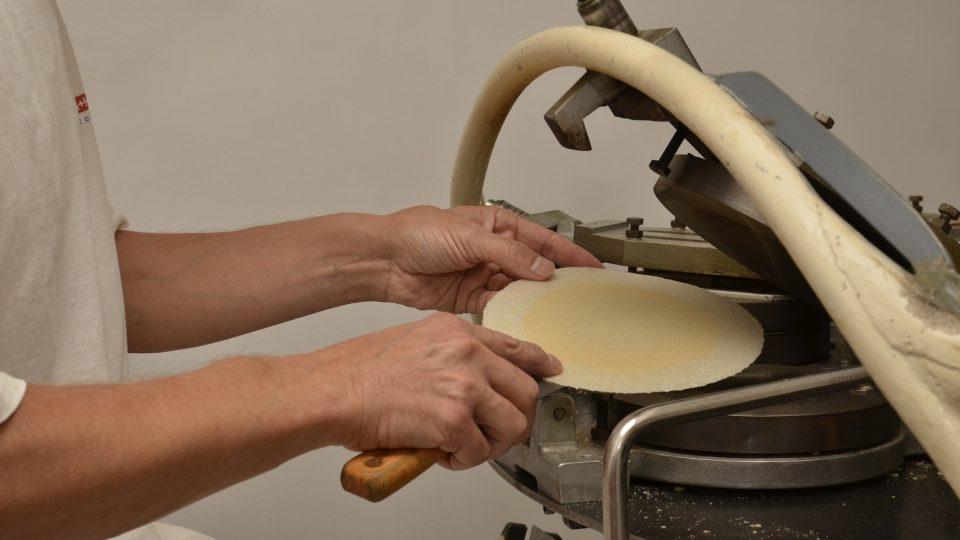 Pečení placek je dnes mechanizované