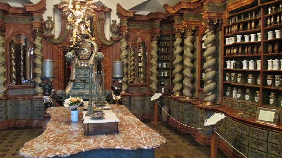 Uprostřed hlavní místnosti je tára aneb lékárenský pult