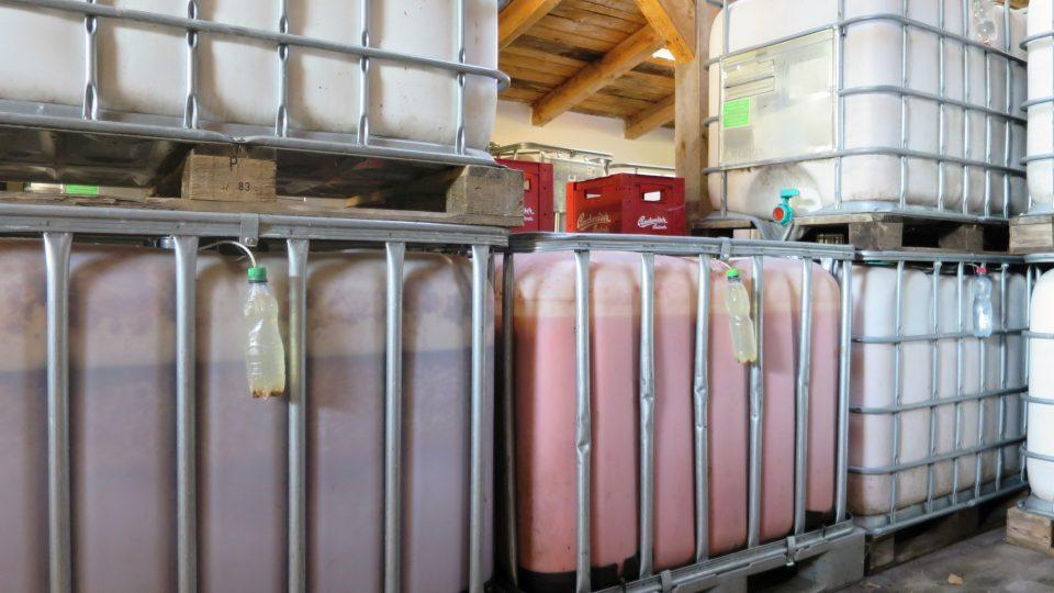 Výrobní proces nápoje začíná stejně jako u ostatních pálenek. Surovina se pomele a nechá se kvasit v tancích