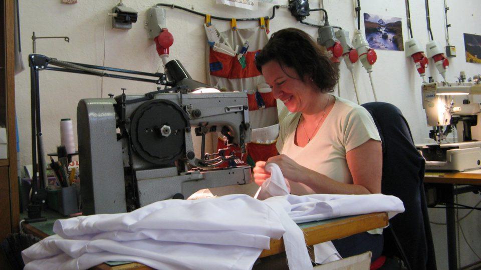 V dílně vyrábějící rondony