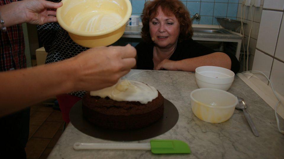 V misce smícháme moučkový cukr s citronovou šťávou. Přilejeme rozpuštěné máslo a opět promícháme