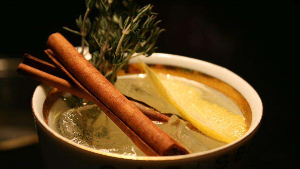 Ozdobíme čerstvou skořicí (ideálně rozlomit podél), větvičkou tymiánu a ovoníme vymáčknutou citronovou kůrou