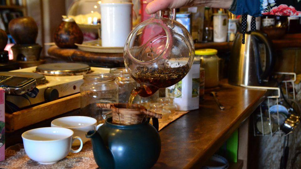 Na půl litru čaje je ideální dávka dvě a půl lžičky čaje Earl Grey