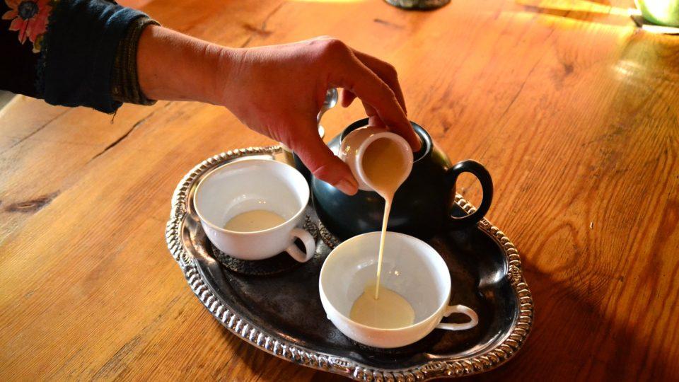 Earl Grey lze podávat i s mlékem a kdo rád sladí, může si vzít i cukr, karamel nebo med