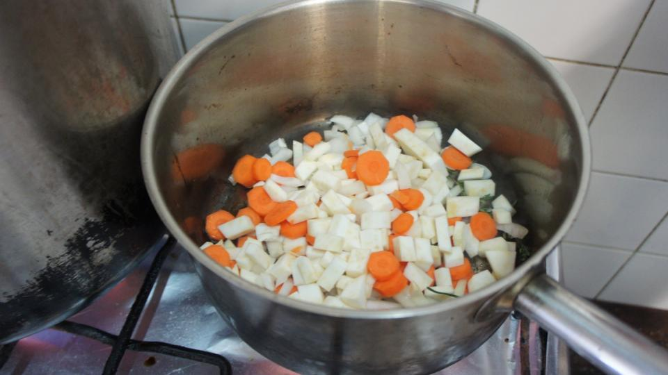 Ve stejném kastrolu jako líčka opečeme dozlatova po vyndání líček na oleji nakrájenou kořenovou zeleninu a cibuli