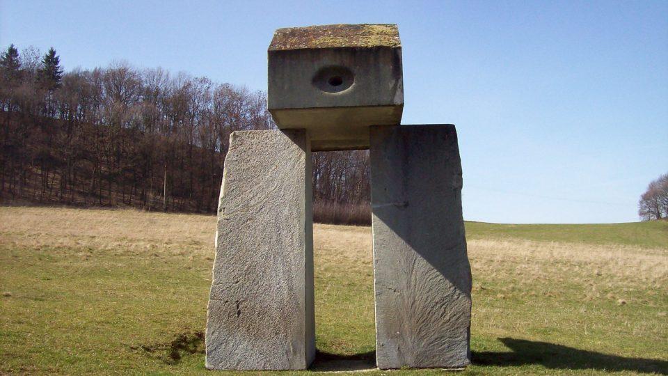 Cestou od Bílky naleznete i takové skulptury