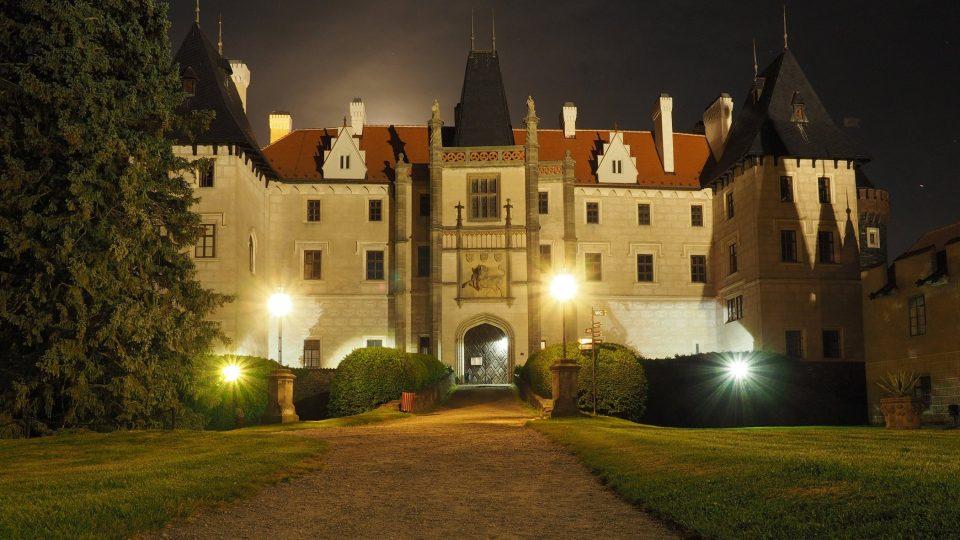 Zámek Žleby má sice historii sahající do 13. století, ale dnešní romantickou podobu získal v polovině 19. století zásluhou pánů z Auerspergu