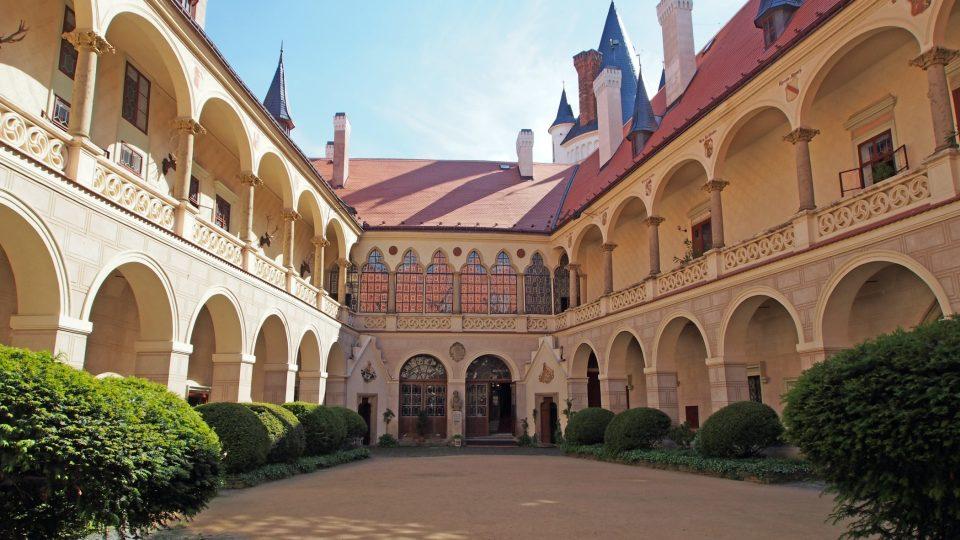 Na zámku nebyla nouze o bohaté hostiny v překrásných reprezentativních místnostech