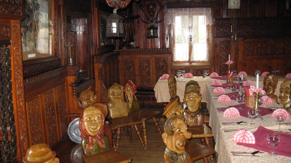 Historické židle jsou dnes k vidění v někdejší selské jizbě