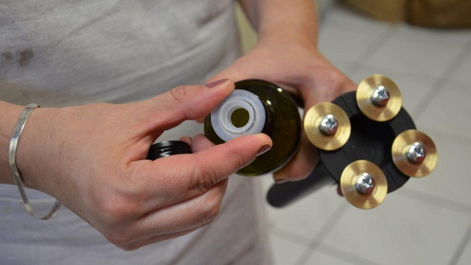 Lahvičky jsou opatřené nálevkou pro snadné používání v kuchyni
