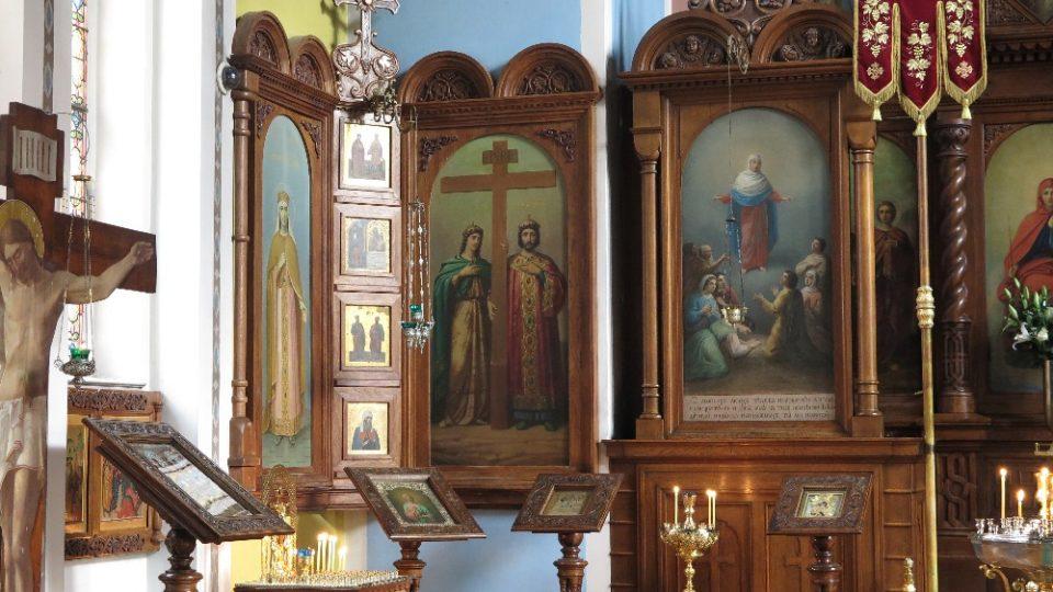 Zařízení kostela tvoří bohatý dřevěný ikonostas s olejovými ikonami světců od malíře Tjurina