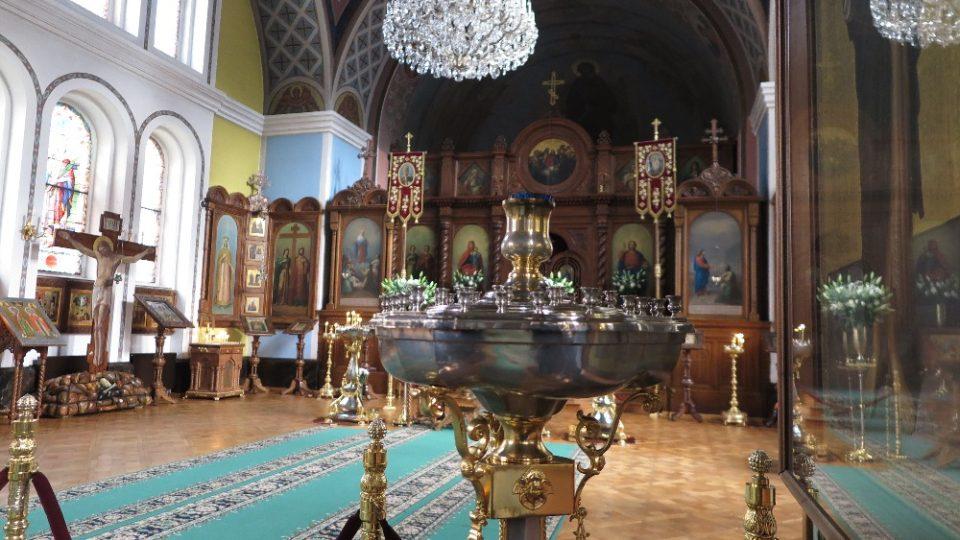 Stěny kostela zdobí ornamenty, obrazy, sochy