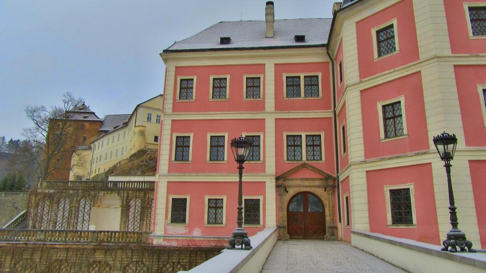 Součástí zámku je i dřívě postavený hrad