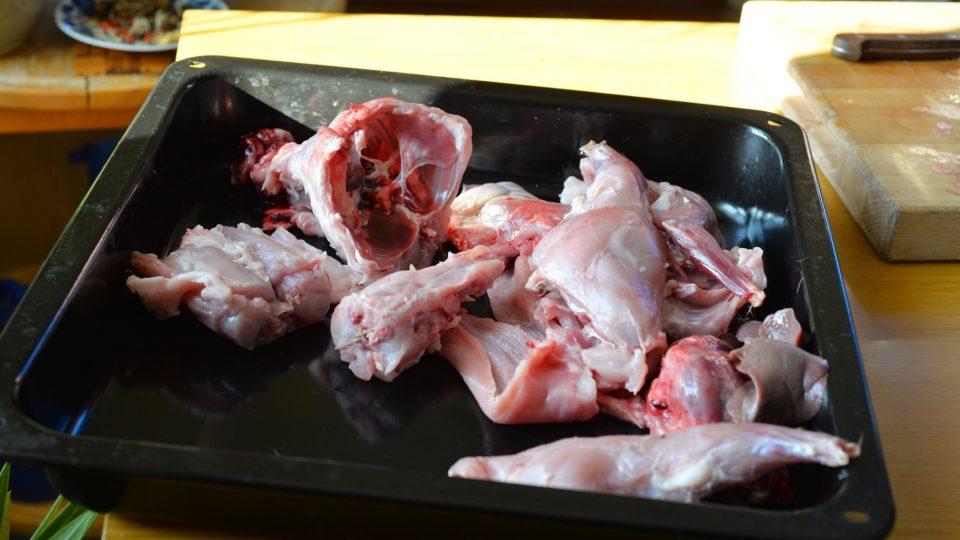 Celého staženého králíka naporcujeme na větší kusy (stehna, přední nohy, hrudí, hlavu...)
