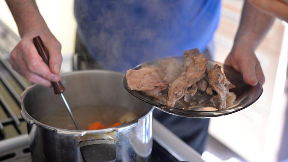 Vyjmeme uvařené maso. Zeleninu s kořením scedíme, abychom získali čistý králičí vývar