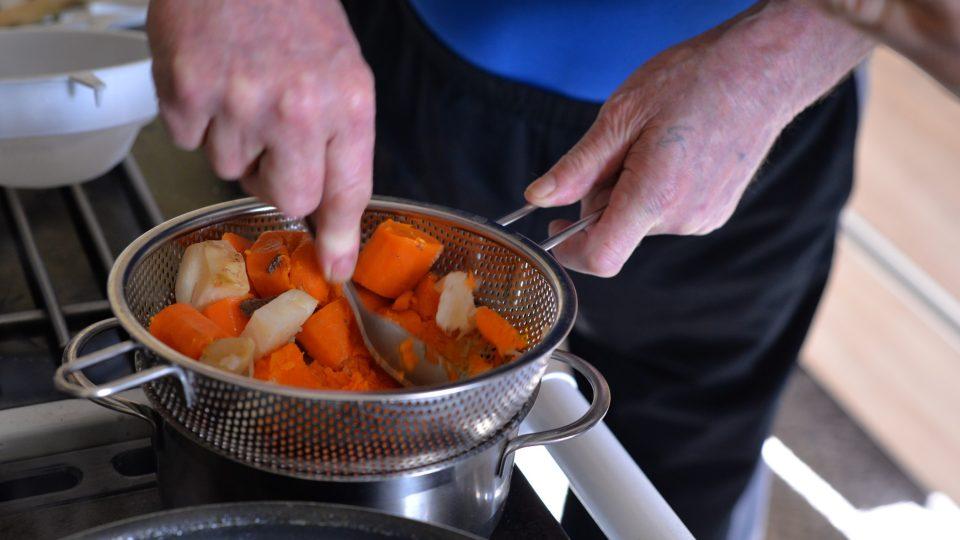 Do přibližně ¾ litru vývaru propasírujeme nejdříve přes hrubé a pak i jemné síto uvařenou zeleninu, která pomůže založit hustou omáčku