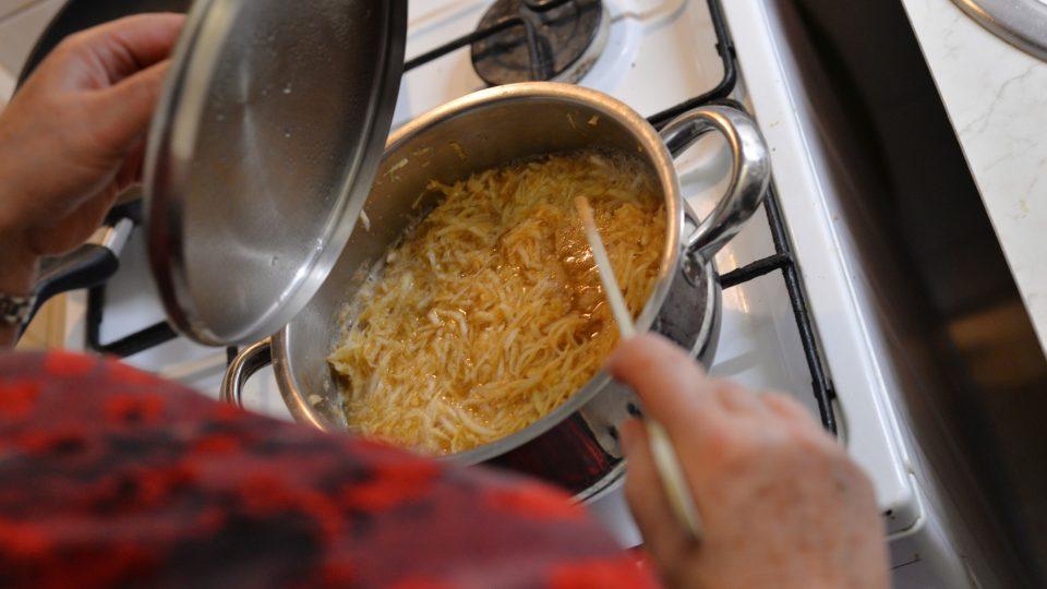 Celer uvaříme jednu minutu ve vařící vodě