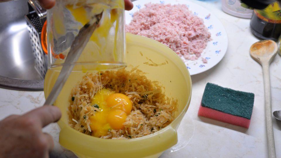Přidáme žloutky ze tří vajíček
