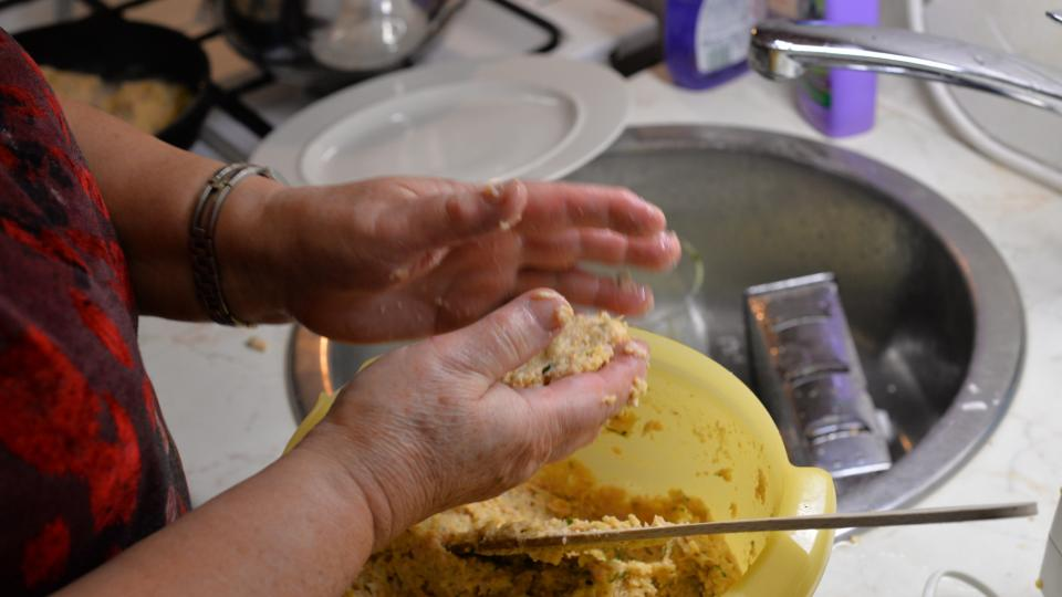 V ruce si vytvarujeme placičky velikosti dlaně