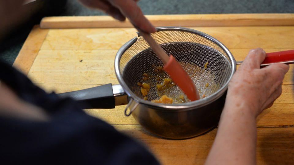 Po upečení závitky vyndáme, cibuli přecedíme přes sítko a do výpeku přidáme pro zjemnění máslo