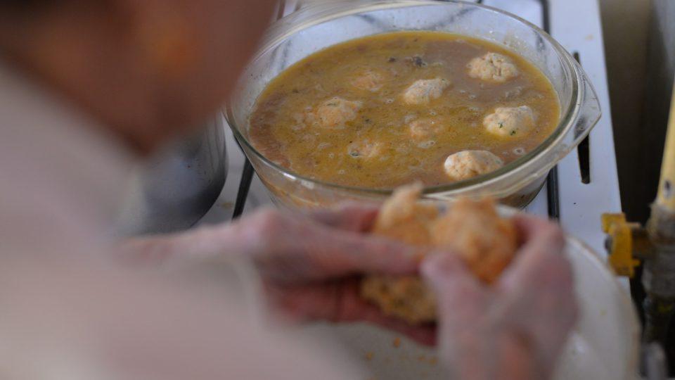 Z těsta na knedlíky vytvarujeme kuličky budoucích knedlíčků, které vložíme do vařící směsi s jazyky a uvaříme společně v jednom hrnci