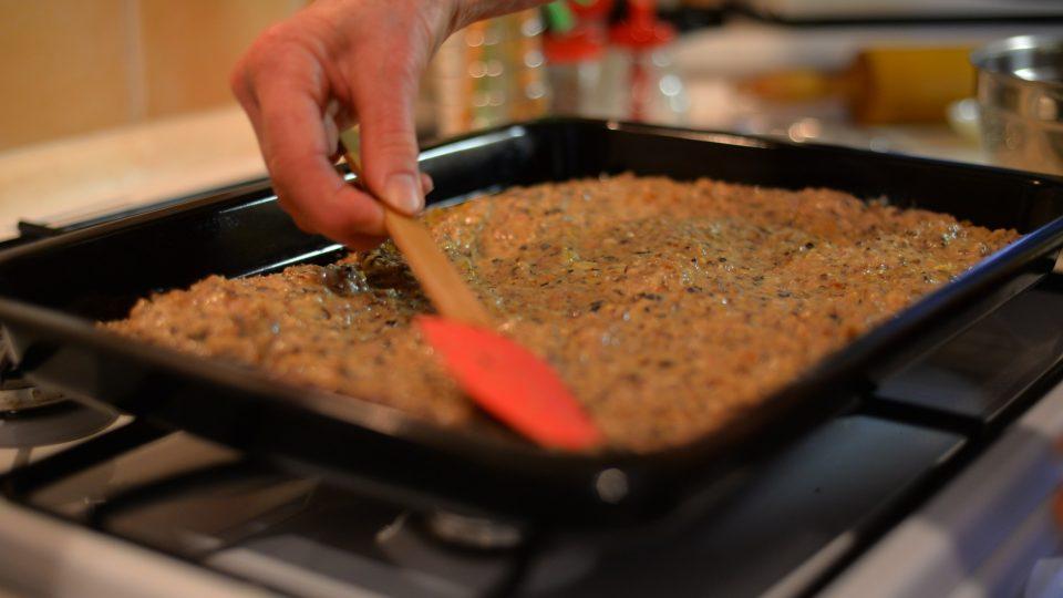 Když je pekáč rozpálený, nalijeme na něj houbovou směs, kterou uhladíme