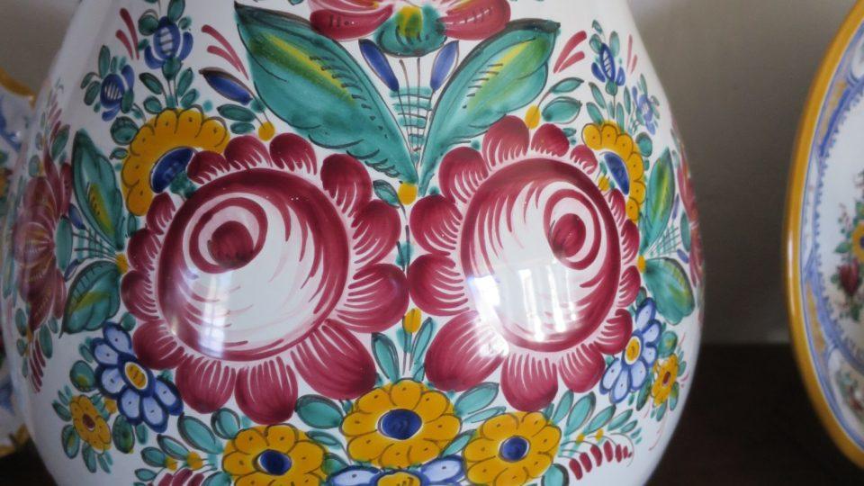 Typickým vzorem Tupeské keramiky je Bolerázská růže původem ze Slovenska