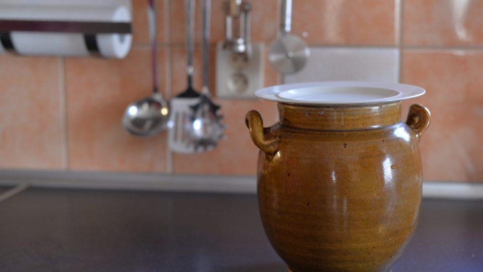 Naplněnou nádobu přikryjeme poklicí nebo talířem, aby se dovnitř nedostal vzduch
