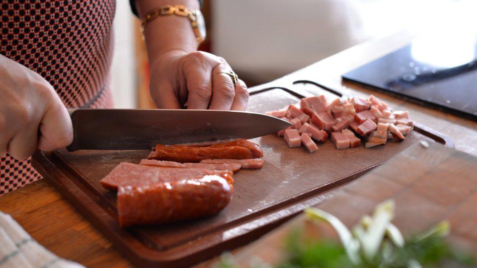 Nakrájíme si slaninu a klobásu