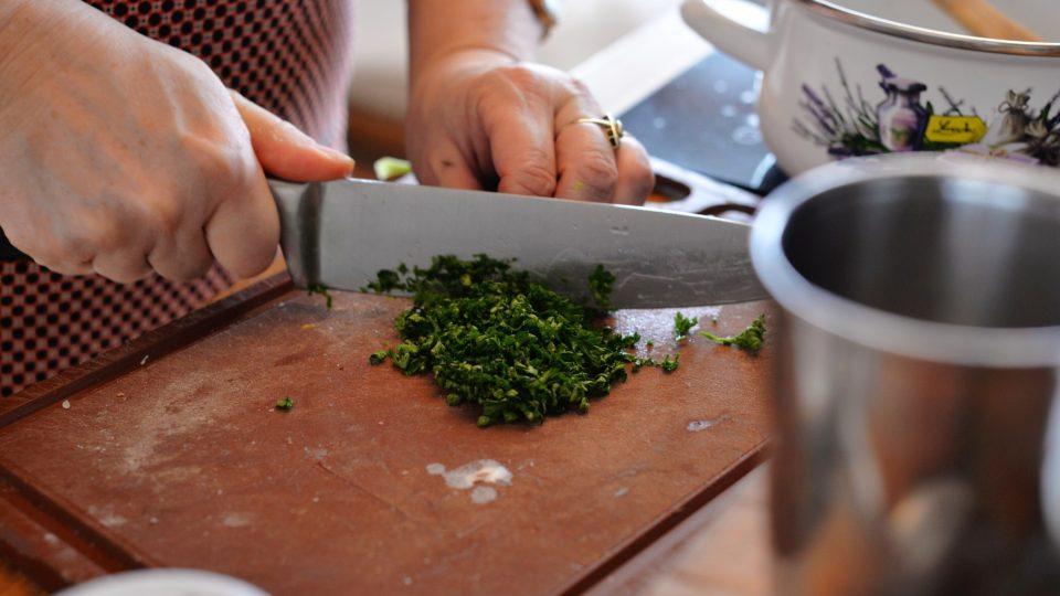 Podáváme s orestovanou na proužky nakrájenou jemnou klobásou a nakrájenou petrželkou