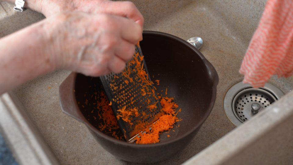 Nejprve je potřeba nastrouhat mrkev