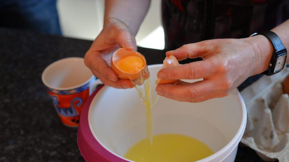 U 4 vajec rozdělíme bílek a žloutek
