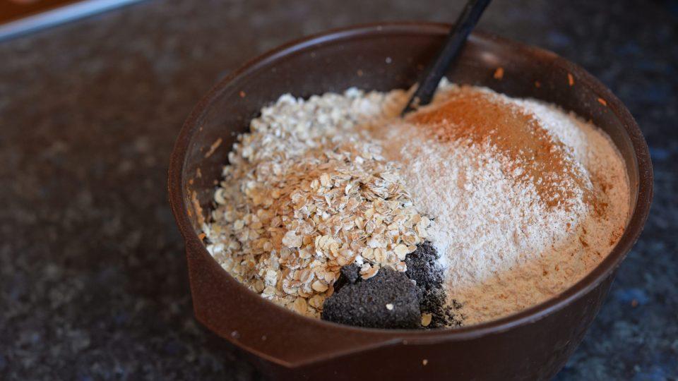 K mrkvi přidáme ovesné vločky, mletý mák, vanilkový a moučkový cukr. Na závěr přisypeme smíchanou mouku s práškem do pečiva