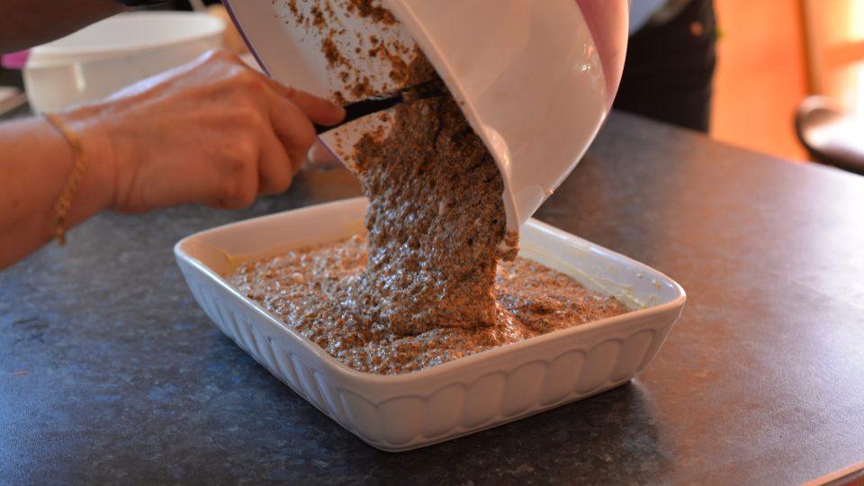 Hotovou směs dáme do vymazané a vysypané zapékací mísy a pečeme v rozehřáté troubě na 180 stupňů po dobu 50 minut