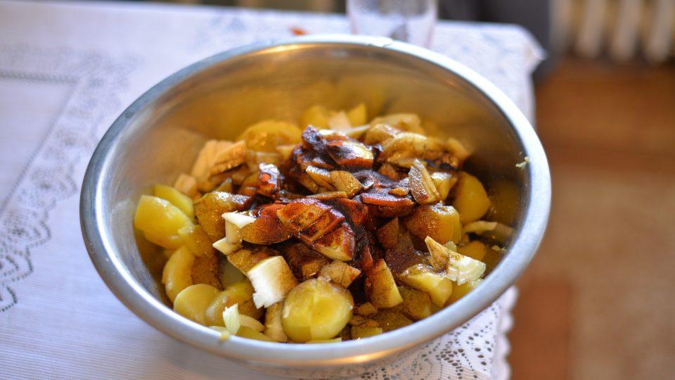Nakonec orestovanou paprikou zalijeme směs brambor a promícháme