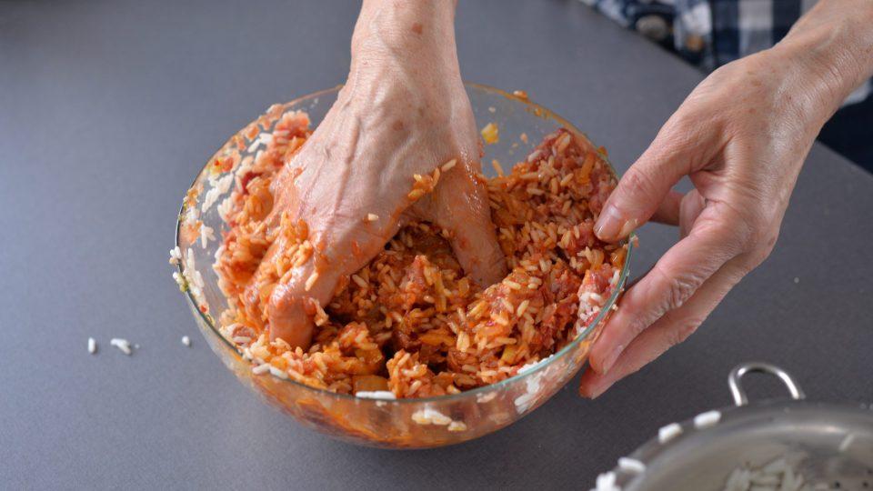 Mleté maso promícháme, aby se zbavilo vzduchu. Následně přidáme orestovanou cibulku, vejce a uvařenou rýži. Dochutíme solí, pepřem, případně vegetou. Dobře promícháme