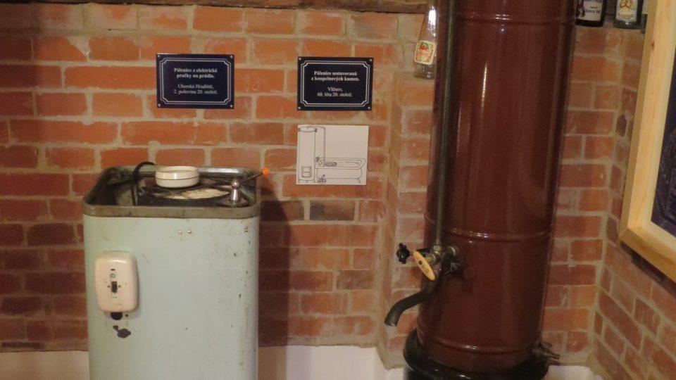 V muzeu vystavují podomácku zhotovená destilační zařízení nejrůznějších typů, velikostí i stáří